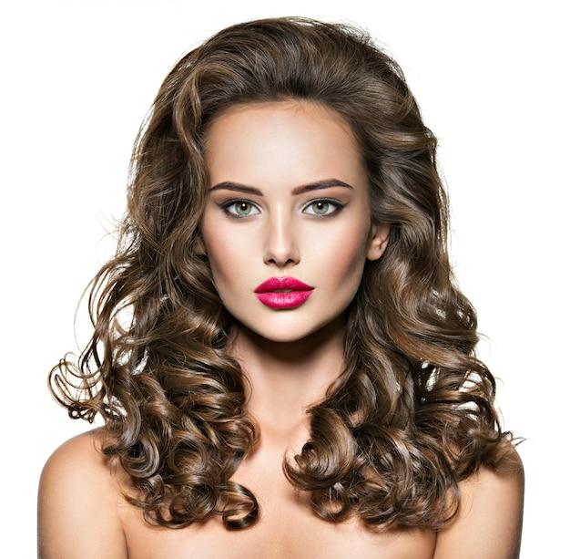 긴 갈색 곱슬 머리를 가진 아름 다운 여자의 초상화. 빨간 립스틱과 아름다움 얼굴 및 젊은 성인 여자 무료 사진