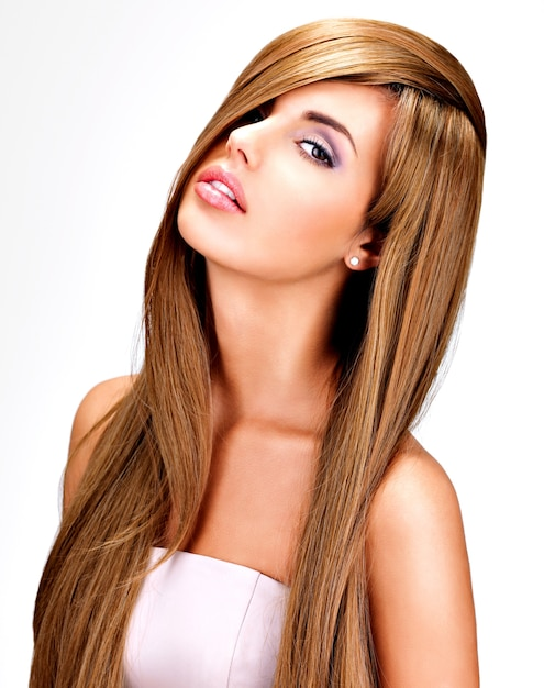 長いストレートの茶色の髪を持つ美しいインドの女性の肖像画。 無料写真