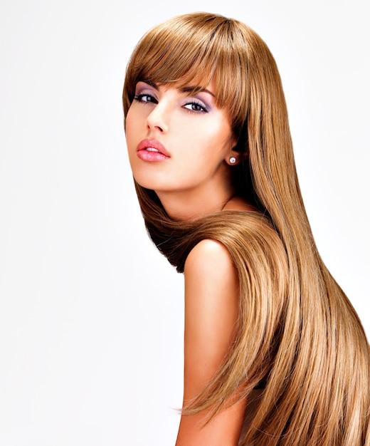 Портрет красивой индийской женщины с длинными прямыми каштановыми волосами. Бесплатные Фотографии
