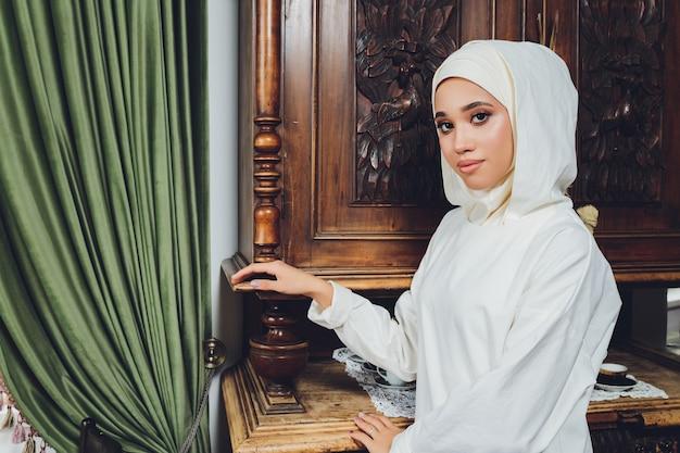 전통적인 이슬람 의류에 아름다운 이슬람 여성의 초상화와 그들의 머리를 덮고 프리미엄 사진