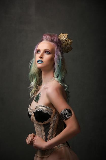 色の髪とスタジオで明るいメイクで美しいセクシーなブロンドの女の子の肖像画。ファンタジーのコンセプト Premium写真
