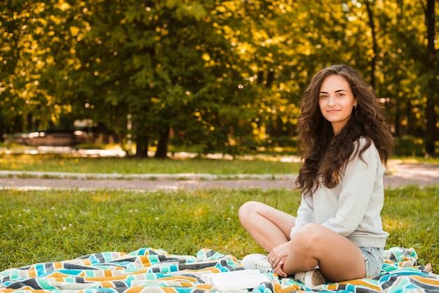 Портрет красивой женщины, сидящей на одеяло Бесплатные Фотографии