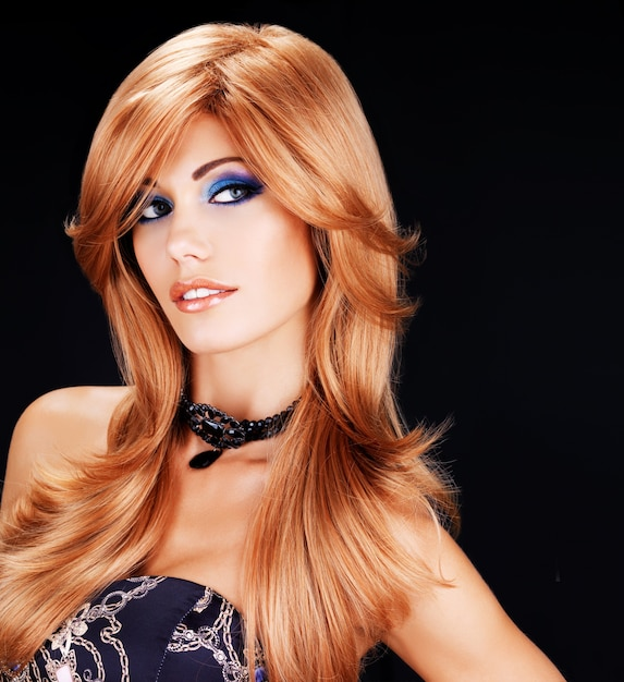 긴 빨간 머리카락과 파란색 패션 아이 메이크업을 가진 아름 다운 여자의 초상화-검은 벽에 무료 사진
