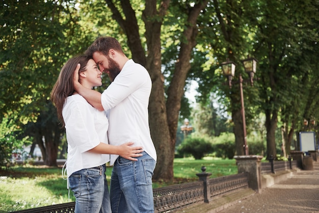 一緒に笑っている美しい若いカップルの肖像画。 無料写真