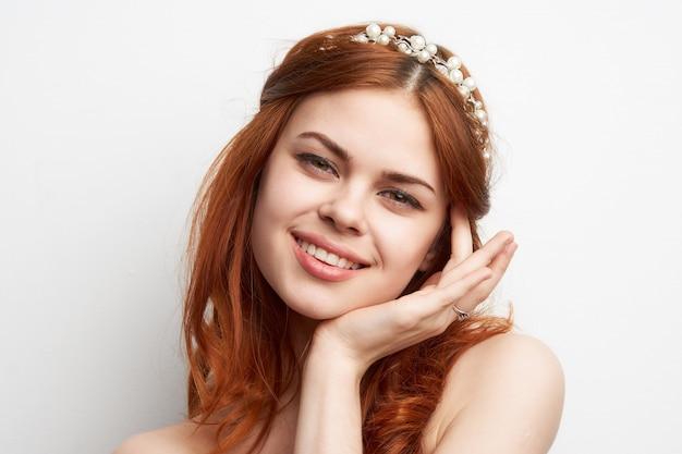 Портрет красивой молодой женщины с ювелирными изделиями Premium Фотографии