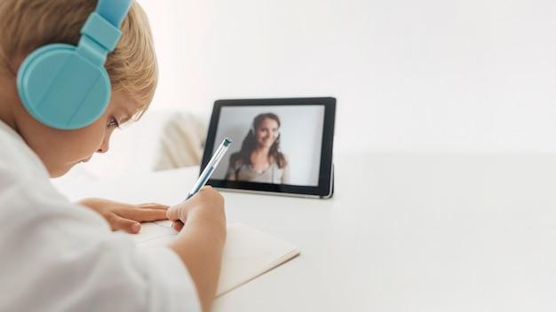 온라인 수업에주의를 기울이고있는 소년의 초상화 무료 사진