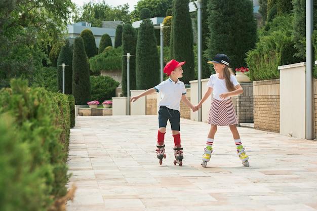 一緒に魅力的な10代のカップルのローラースケートの肖像画 無料写真