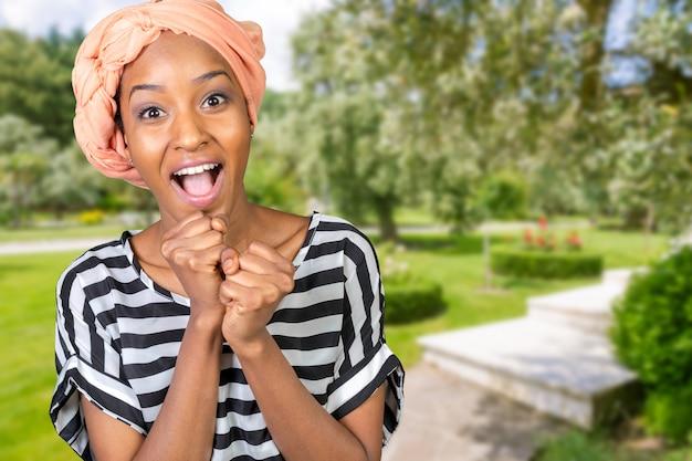 Портрет веселой африканской женщины Premium Фотографии