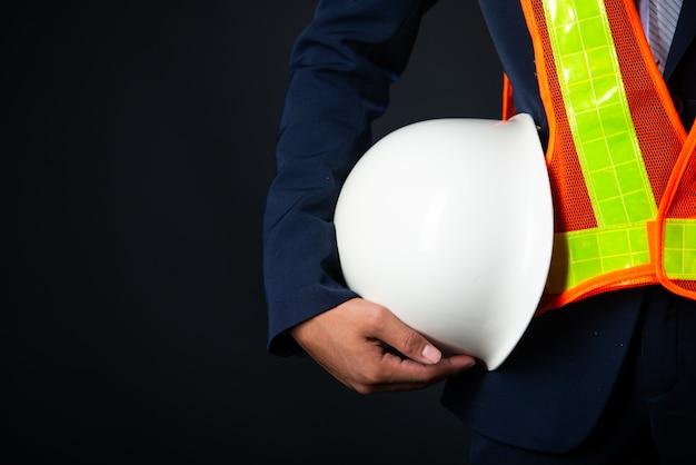 Портрет жизнерадостного молодого инженера строительной площадки бизнесмена, конец вверх. Бесплатные Фотографии