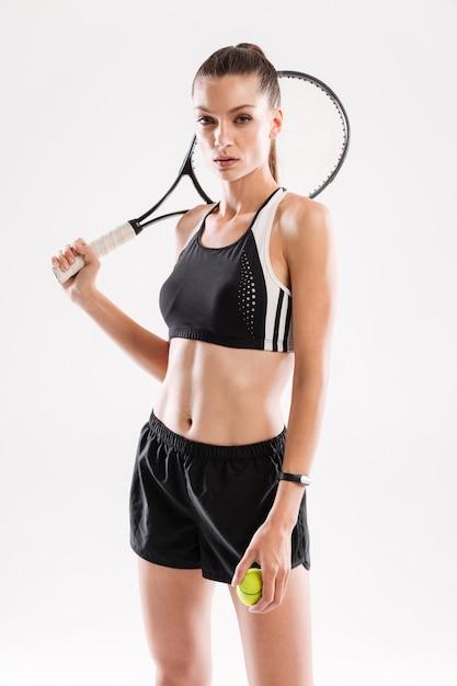 Портрет концентрированной стройной женщины в спортивной одежде Бесплатные Фотографии