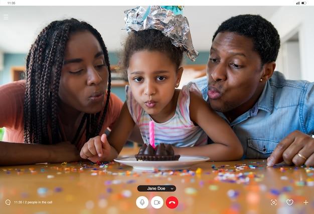 집에있는 동안 가족 및 친구와 화상 통화를 통해 온라인으로 생일을 축하하는 가족의 초상화. 새로운 정상적인 라이프 스타일 개념. 무료 사진