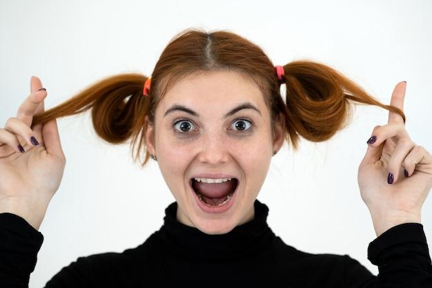 Портрет забавной девочки-подростка с хвостиками Premium Фотографии