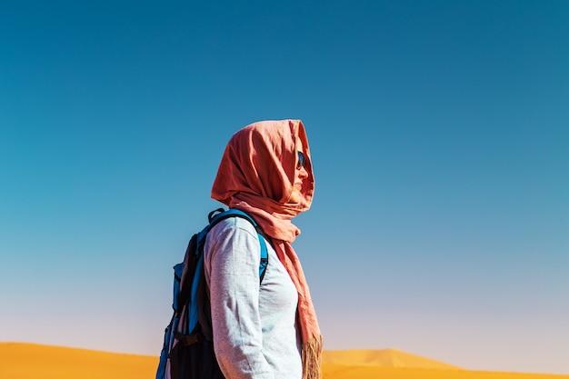 スカーフの女の子の肖像画。サハラ砂漠、エルグシェビ、メルズーガ、モロッコ。 Premium写真