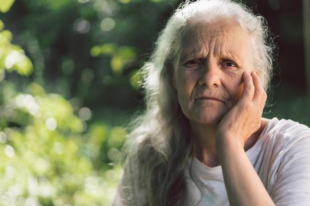 Портрет седой взрослой бабушки на фоне природы Premium Фотографии