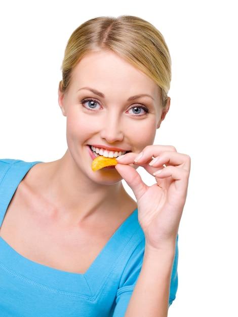 행복 한 아름 다운 여자의 초상화는 칩을 먹는다 무료 사진