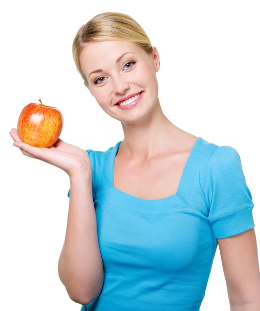 Портрет счастливой красивой женщины с красным яблоком - изолированные на белом Бесплатные Фотографии