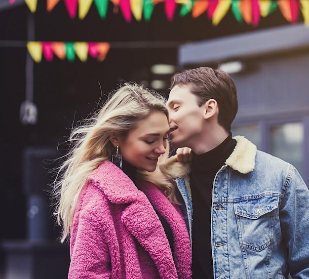 Портрет счастливой романтической пары на открытом воздухе в европейском городе Premium Фотографии