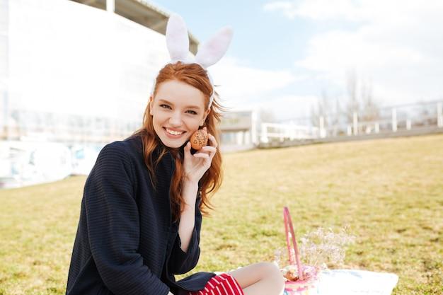 Портрет счастливой улыбающейся женщины с длинными рыжими волосами Бесплатные Фотографии