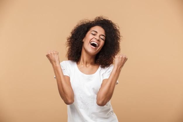 祝う幸せな若いアフリカ女性の肖像画 Premium写真