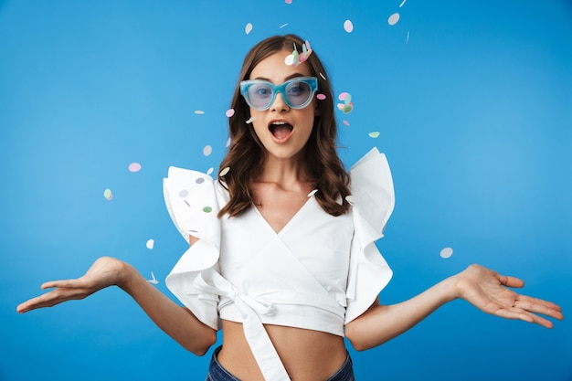 여름 옷에 행복 한 젊은 여자의 초상화 프리미엄 사진