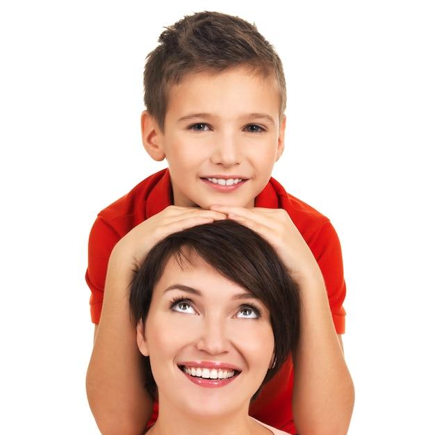 白い背景の上の8歳の息子と幸せな若い母親の肖像画 無料写真
