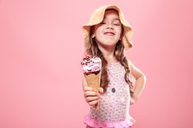 색깔의 벽에 아이스크림과 명랑 소녀의 초상화 프리미엄 사진