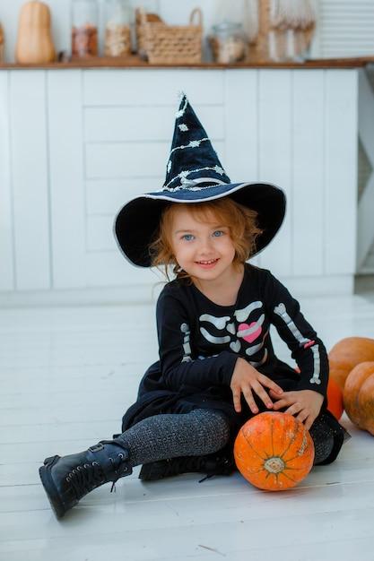 Портрет маленькой девочки в костюме ведьмы Premium Фотографии