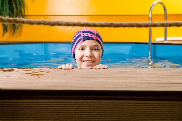 Портрет маленькой девочки в крытом бассейне Premium Фотографии