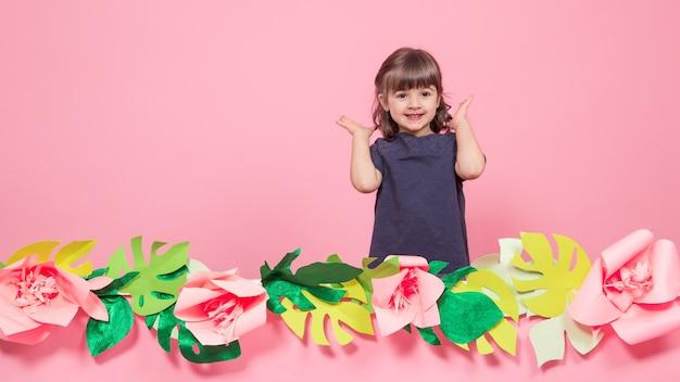 夏のピンクの壁に小さな女の子の肖像画 無料写真