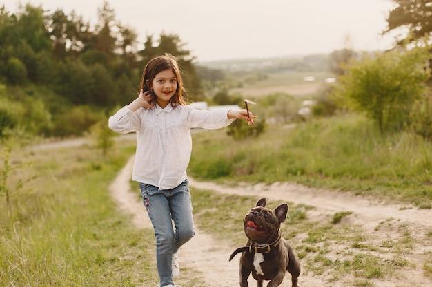 Портрет маленькой девочки с ее красивой собакой Бесплатные Фотографии