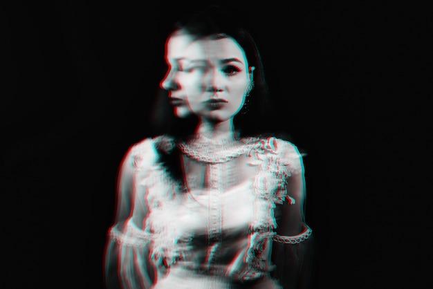 정신 장애와 정신 분열병을 앓고있는 미친 소녀의 초상 프리미엄 사진