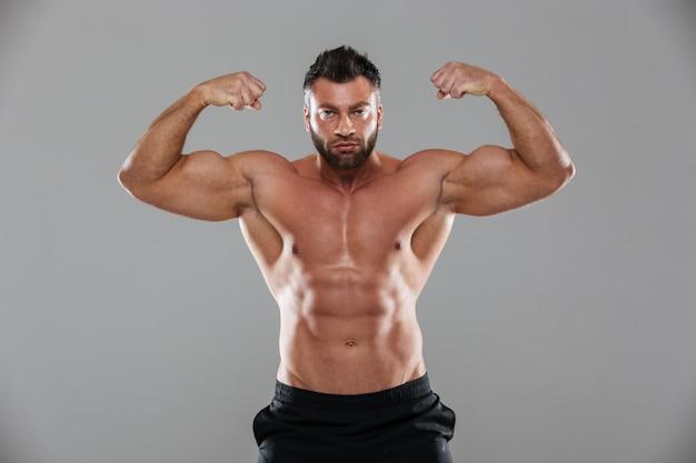 Портрет мускулистого сильного мужского культуриста без рубашки Бесплатные Фотографии