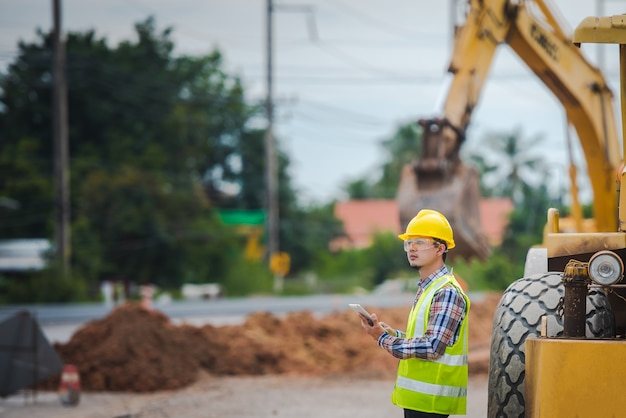 重機の前向きな幸せな道路労働者の肖像画 Premium写真