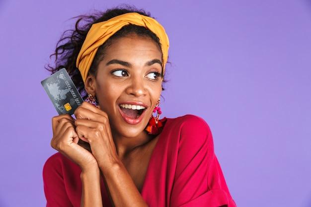 Портрет позитивной молодой африканской женщины в повязке на голову Premium Фотографии