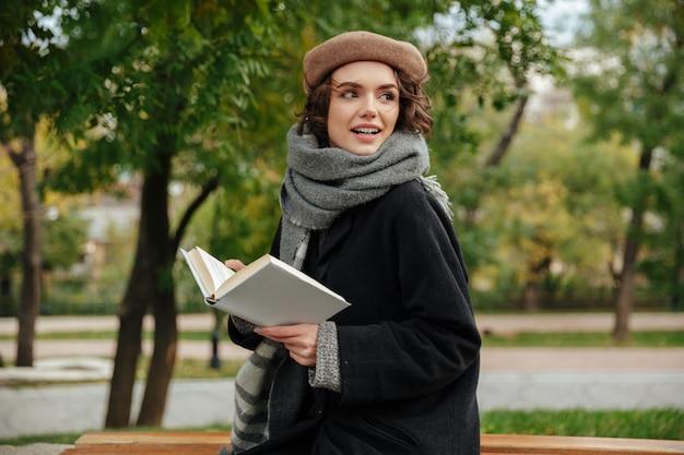 秋の服に身を包んだ美少女の肖像画 無料写真