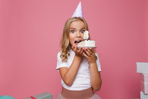 誕生日帽子のかわいい女の子の肖像画 無料写真
