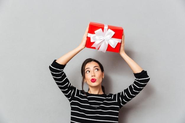 Портрет красивой женщины, держащей подарочную коробку Бесплатные Фотографии