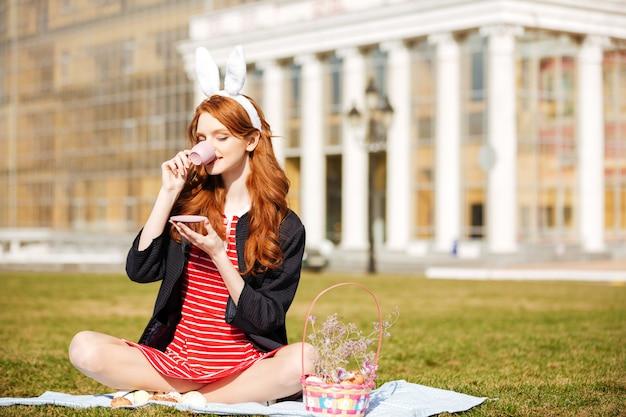 Портрет рыжеволосой женщины, держащей чашку чая Бесплатные Фотографии