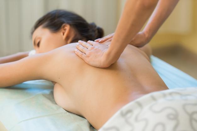 Портрет расслабленной женщины, лежа на массажном столе в санатории Premium Фотографии