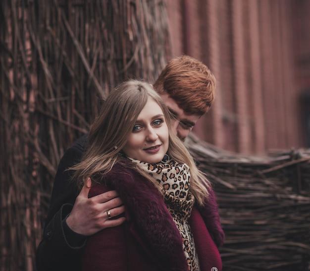 Портрет влюбленной романтической пары в городе Premium Фотографии