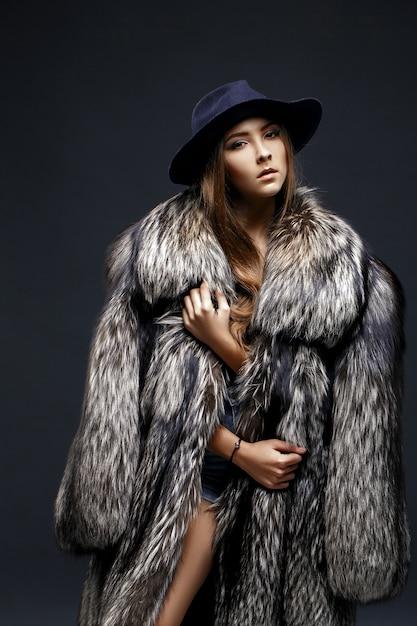모피 코트에 매혹적인 여자의 초상화 프리미엄 사진