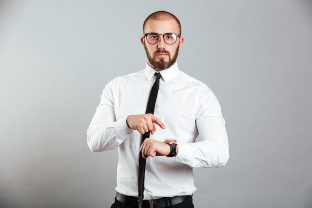 Портрет серьезного бизнесмена, указывая Premium Фотографии