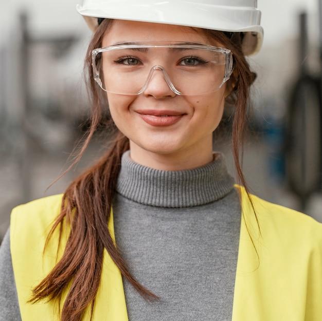 スマイリー女性エンジニアの肖像画 無料写真