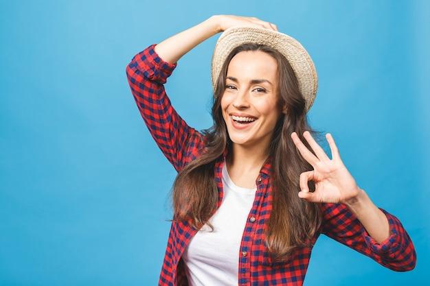 여름 캐주얼 모자에 웃는 매력적인 여자의 초상화 프리미엄 사진