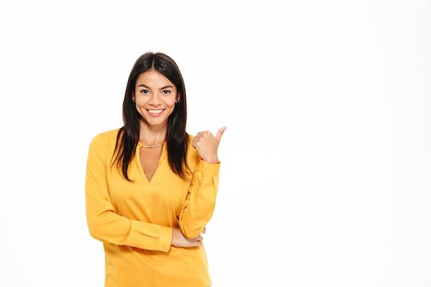 웃는 매력적인 여자 가리키는 손가락의 초상화 무료 사진