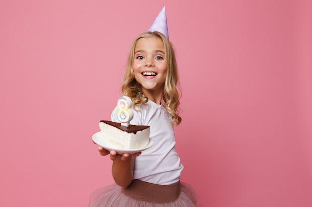 誕生日帽子の笑顔の少女の肖像画 無料写真