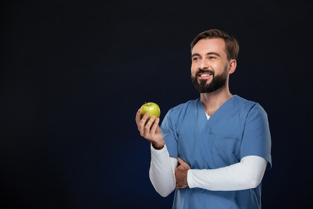 制服を着た笑顔の男性医師の肖像画 無料写真