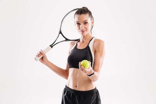Портрет улыбающейся симпатичной теннисистки Бесплатные Фотографии