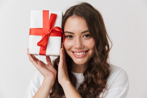 Портрет улыбающегося молодой женщины вскользь брюнет Premium Фотографии