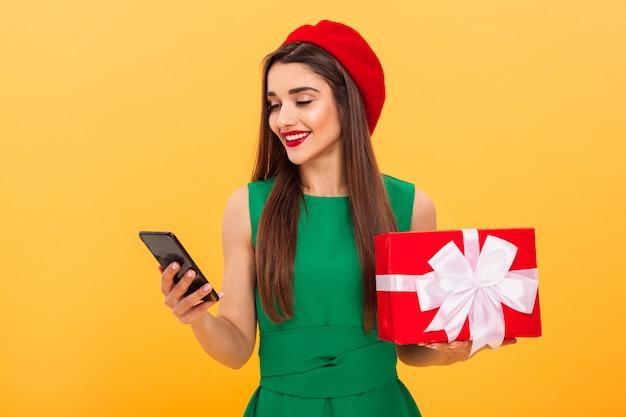 ベレー帽を着た笑顔の若い女性の肖像画 Premium写真